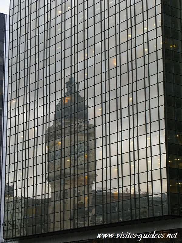 reflets de l'horloge de la gare de lyon dans les vitres de l'immeuble voisin