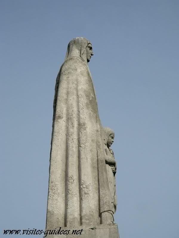 Sainte Geneviève serrant contre elle la Ville de Paris